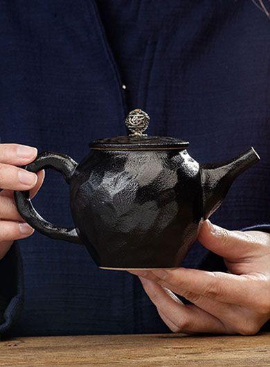 Théière en poterie noire à motif martelé